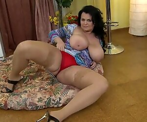 Gorgeous mother with supah mammories needs hump