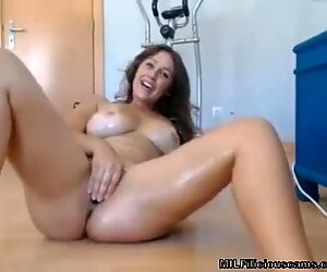 cougar On cam fingerblasting and Squirting - MILFiliciouscams.com