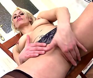 Sexy amateur MILF with big hungry pussy