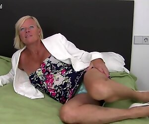 Mature real mom with hungry old cunt